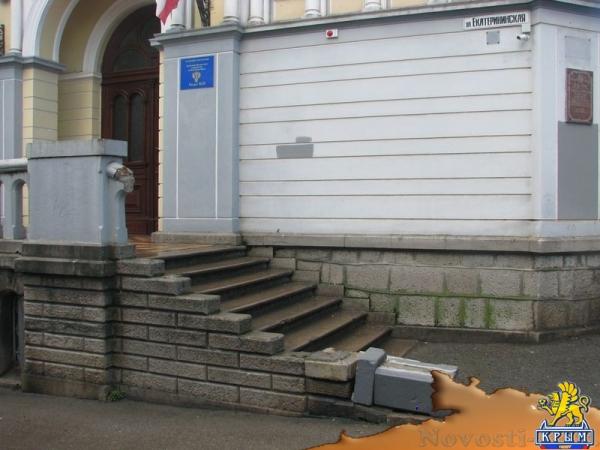 В Ялте разрушен вход в историческое здание банка, фоторепортаж - «Культура»