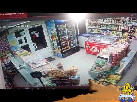 Грабитель с пистолетом вынес кассу из магазина в Феодосии  - (видео)