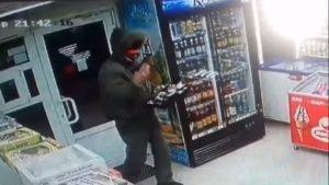 В Феодосии грабитель с пистолетом вынес кассу магазина  - (видео)