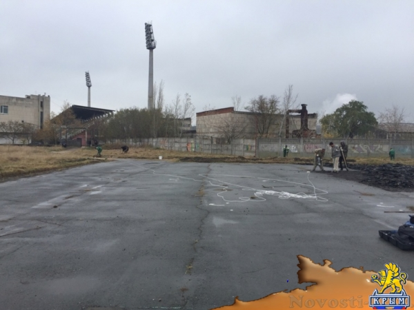 На месте нового футбольного поля в Керчи снимают асфальт - «Керчь»
