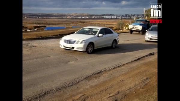 Керчане объезжают ямы на дороге на Верхнем Солнечном по встречке  - «Видео новости - Крыма»