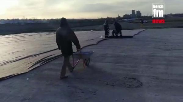 В Керчи строительство нового футбольного поля не приостанавливается даже в выходные  - «Видео новости - Крыма»