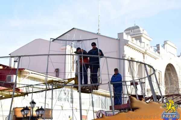 Несколько новогодних ёлок украсят улицы Симферополя - «Возвращение в Россию»