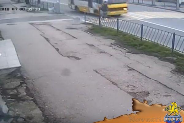 В Севастополе камера зафиксировала, как маршрутка на скорости сбила парня  - (видео)