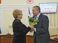Глава Республики Крым Сергей Аксёнов поздравил Людмилу Лубину с Международным женским днем - «Правам человека»