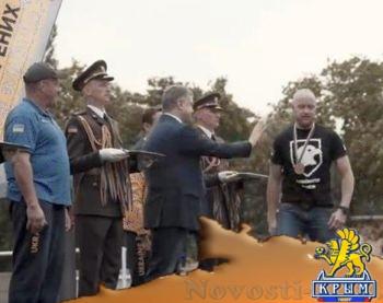 """Каратель из """"Азова"""" отказался пожимать руку Порошенко и потребовал закончить войну на Донбассе - «Политика Крыма»"""