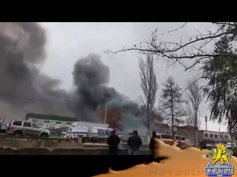Больше часа в Керчи тушат горящий мебельный склад  - (видео)