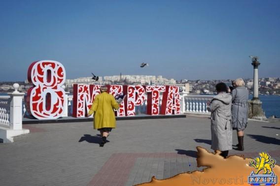 Женщин приглашают сфотографироваться на фоне пластиковых цветов - «Жизнь»