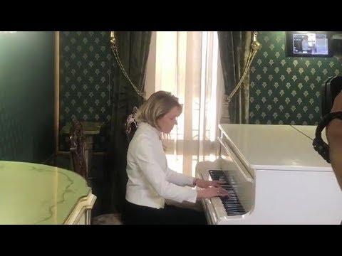 Наталья Поклонская играет на рояле «Меланхолический вальс» Александра Даргомыжского  - «Видео новости - Крыма»
